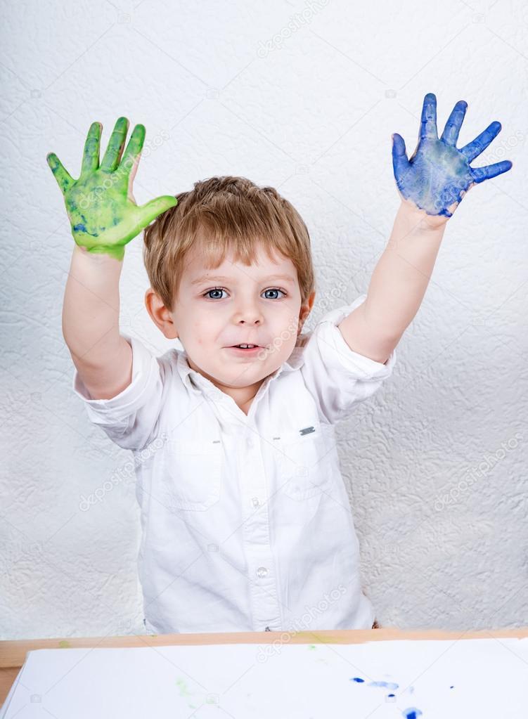 三年来开心的可爱小男孩绘画