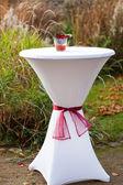 屋外の結婚式のために装飾されたバーのテーブル — ストック写真