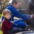 Little boy and his father changing wheel on car  — Stock Photo
