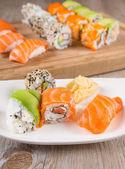 Variation von frischen leckeren Sushi Rollen — Stockfoto
