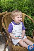金发蹒跚学步的小男孩,玩手机 — 图库照片