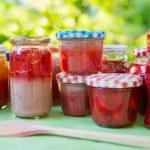 confiture de fraises maison dans des pots différents — Photo