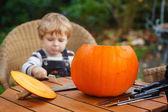 Chico adorable niño con calabaza de halloween — Foto de Stock