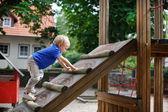 Kleine peuter jongen zittend op speeltuin — Stockfoto