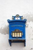 Antik blå vägg postlåda på vit bakgrund — Stockfoto