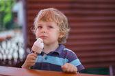 Küçük sarışın çocuk sarı dondurma yeme — Stok fotoğraf