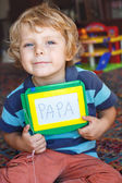 Menino pequeno da criança com quadro de pintura escreve sua primeira palavra — Fotografia Stock