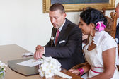 Beautiful indian bride and caucasian groom during wedding ceremo — Stock Photo