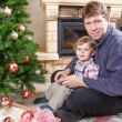Father and little son decorating christmas tree at home — Stok fotoğraf
