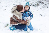 Little preschool boy and his mother playing with first snow in p — Stock Photo