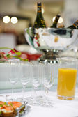 Empty champagne glasses and finger food on festive wedding table — Foto Stock