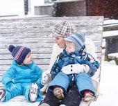 三口之家的肖像: 妈妈,兄弟姐妹的两个小男孩 — 图库照片