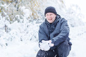 Genç adam kar ile eğleniyor — Stok fotoğraf