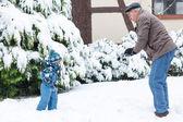 Kış günü dedesi ve yürümeye başlayan çocuk — Stok fotoğraf