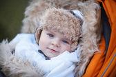 Küçük oğlu sıcak kış giysileri açık — Stok fotoğraf