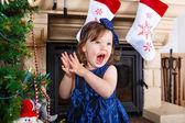 Kleine mädchen glücklich über weihnachtsbaum und lichter — Foto de Stock