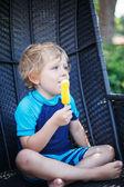 小金发男孩吃黄色冰淇淋 — 图库照片
