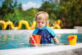 可爱小孩玩的户外游泳池水 — 图库照片