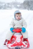 Pequeño niño divirtiéndose con nieve al aire libre hermoso wi — Foto de Stock