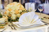 Elegant table set in green and white for wedding or event party. — Stock Photo