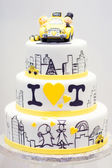 Wedding cake decorated with bride, groom in taxi. — Stock Photo