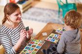 Mãe e filho brincando juntos educação jogo de cartas para c — Fotografia Stock