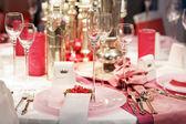 エレガントなテーブル設定ソフト、赤とピンクの結婚式やイベントの部分 — ストック写真