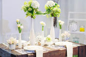 Elegant table set in soft creme for wedding or event party. — Stockfoto