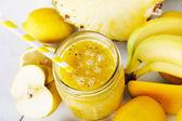 Fresco orgánico amarillo licuado con plátano, manzana, mango, pera, p — Foto de Stock