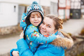 Bedårande kaukasiska lilla pojke och mamma kramas på bron, utomhus — Stockfoto