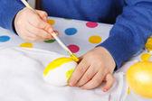 Jagen hände kleinkind junge malerei bunte eier für ostern — Stockfoto