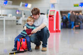Father and little son at the airport — Stockfoto