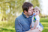 Happy caucasian family of two: Young father andbaby boy in sprin — Stock Photo