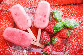 Homemade ice cream pops with fresh berries. — Stock Photo