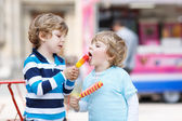 Two kids feeding each other with ice cream — Stock Photo