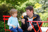 Father and little son celebrating father's day and eating ice cr — Stock Photo