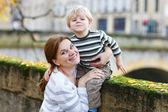 愛らしい幼い息子と母秋市. — ストック写真