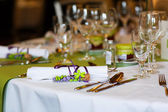 Elegant table set in lilac and green for wedding or event party — Stock Photo
