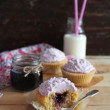 Three cupcakes with blackcurrant jam — Stockfoto