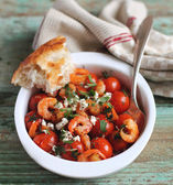 Portion of baked cherry tomatoes and roasted shrimps — Zdjęcie stockowe