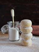 Biscotti di shortbread valanga tè con glassa di zucchero in polvere per capodanno o natale — Foto Stock