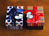 Valentine day present box and note heart-shaped card — Foto Stock