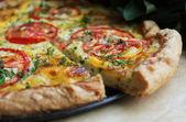 Quiche lorraine oder torte mit tomaten, quark-füllung — Stockfoto