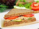 Sandwich with rye brown bread, ripe tomatoes, cucumbers and tuna fish for healthy snack — Foto de Stock