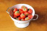 čerstvé zralé šťavnaté jahodová sklizeň nebo oříznutí v bílé cedník — Stock fotografie