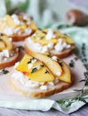 Toasted white bread with cottage cheese, nectarines, honey and thyme on a cutting board, good for breakfast, snack or summer picnic — Stock Photo