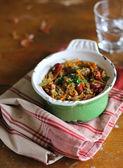 капуста белокочанная тушеная с зеленой чечевицы, морковь, лук и сосиски в сковороде — Стоковое фото