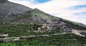 Paesaggio con montagne, piccolo borgo e prati verdi in ravno, bosnia-erzegovina — Foto Stock