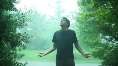 стоя в дождь — Стоковое видео