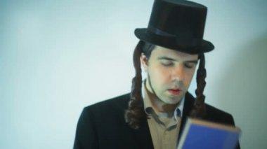 Orthodox jew praying — Stock Video